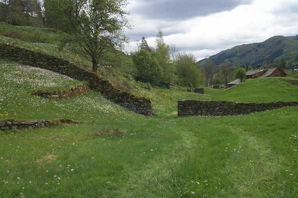 Steinmur, eit gammalt skilje mellom gardar
