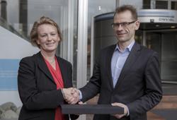 Direktør Elisabeth Heggelund Tørstad i DNV GL overrekker Medaljen for lang og tro tjeneste til Kristen Ulveseter.