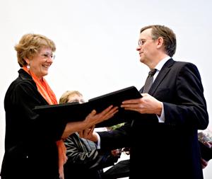 Jorunn Homme mottar Medaljen for lang og tro tjeneste nr 200 000