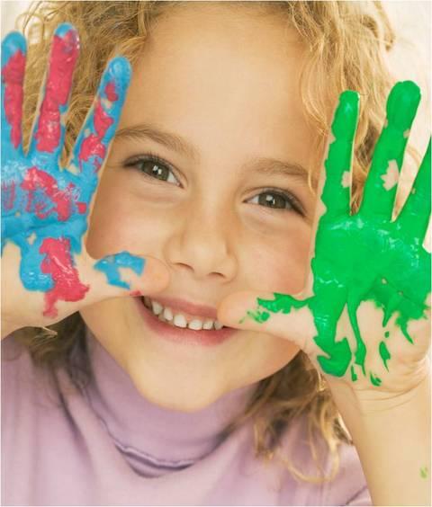 Jente med grønn og blå malte hender