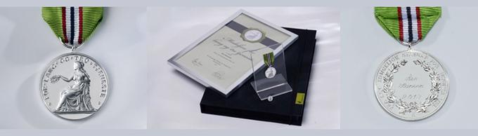 Medaljen forside og bakside, samt medaljepakken med alle elementene