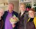 Ivar Hoff overrekker blomster ved åpningen av Duggurds nye lokaler
