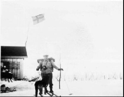 Pältsastugan med flagg