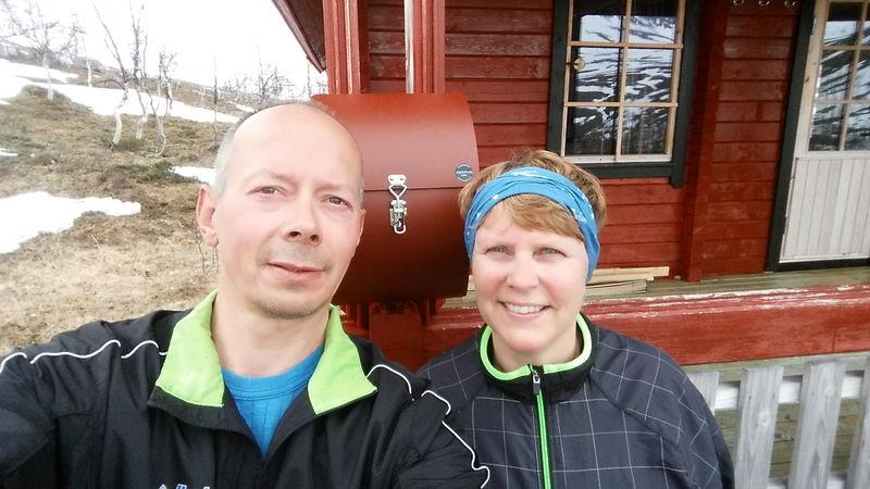 Yngve og Birthe foran den nye kassa på skolehytta.