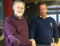 Thor Nordahl ble hedret med Medaljen for lang og tro tjeneste ved Knutsen Maskin. her sammen med daglig leder Viggo Lund.
