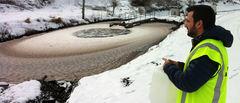 NIVA-forsker Carlos Escudero henter prøver av sigevannet fra Esval Miljøpark. Foto: Tore Filbakk, Norges Vel