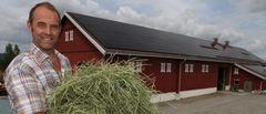 Hans Arild Grøndalen satser på solenergi på gården. Foto: Bo Hansen