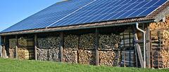 Solceller på tak over vedstabler
