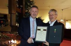 Svein Torp ble hedret med Medaljen for lang og tro tjeneste. Her sammen med administrerende direktør Johan Kvalheim. Foto: Jegatheswaran Thevarajan.