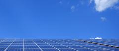 Solceller på tak under blå himmel