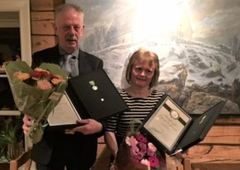 Lars Ivar Johansen og Gro Falkeng Windstad ble hedret med Medaljen for lang og tro tjeneste på årsfesten til TINE Harstad.