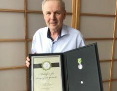 Torfinn Fongen ved Holger Hartmann ble hedret med Medaljen for lang og tro tjeneste.