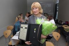 Irene Mellemvik ble hedret med Medaljen for lang og tro tjeneste.