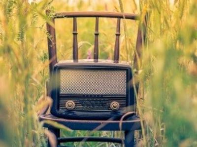 Radio på stol i naturen