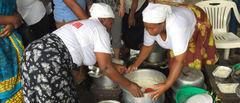 Tanzanianske kvinner bruker biobriketter til matlaging på markedet