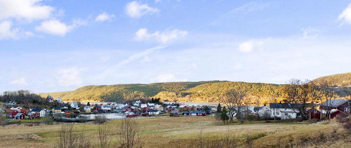 Utsikt over Råkvåg med Vorphaugen gård til høyre