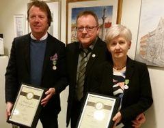 Medaljemottakerne Kjellrun Fånes og Egil Iversen sammen med Morten Stene, daglig leder ved Trondheim sentrum postkontor.