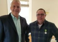 35-årsjubilant Sindre Sandvik sammen med Peter Bjerregaard, president i Ekornes Inc.