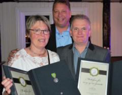 Ellen Ringdal Tollefsen og Kurt Roger Findal har fått Norges Vels medalje for lang og tro tjeneste ved Montér Skien. Her sammen med daglig leder Thorleiv Lønningen.