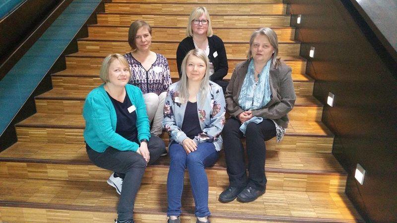 Bildet er den første nettverkssamlingen for kommunene: midten foran: prosjektleder Hege Elisabeth Nicolaisen, bak fra venstre Linn Sylvi Steinnes (Kåfjord), Anette Samuelsen (Lyngen), Ann-Mari Evanger (Nordreisa) og Gøril Severinsen (Kvænangen)