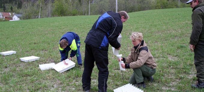 Gjødselen i bakkene måles og registreres for å justere sprederen til riktig mengde gjødsel