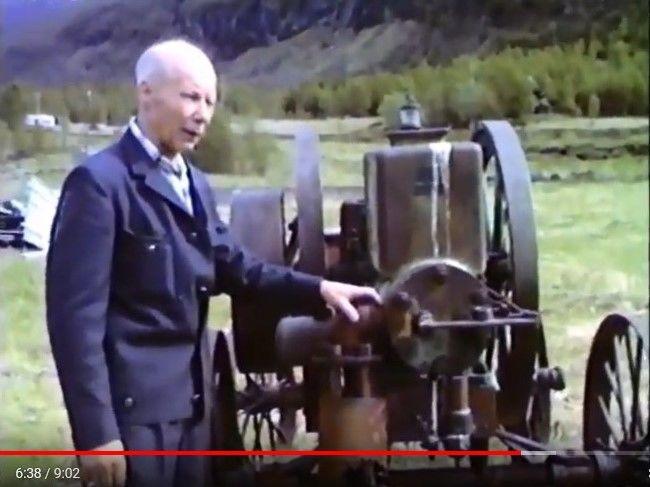 Eyolf Rognli demonstrere en gammel motor