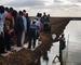Mosambiks president Filipe Nyusi setter ut den første fisken i det nye oppdrettsanlegget for tilapia