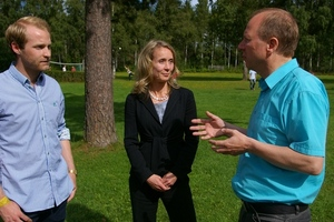 Anders Solve Strand (l.) and Alf Johansen (r.) in a conversation with Monica Slakey