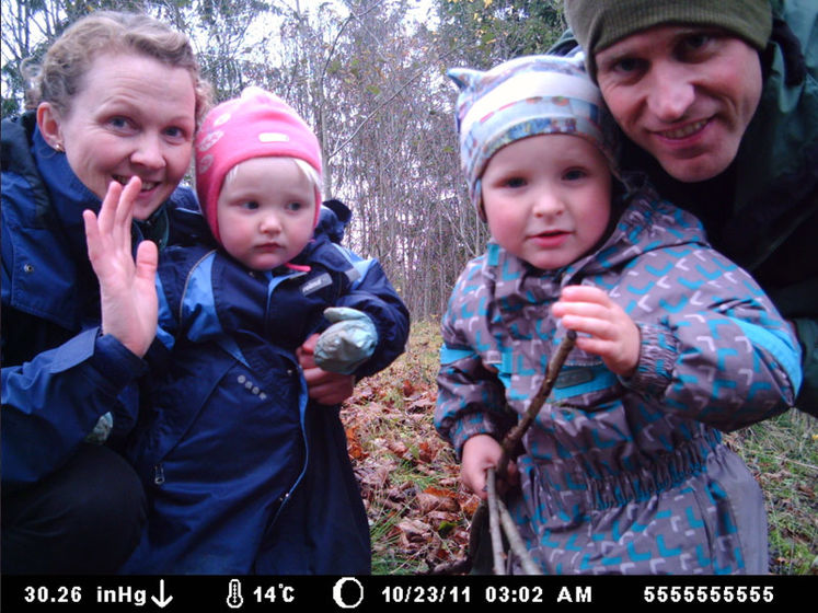 familie-foran-viltkamera