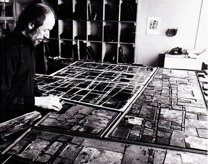 Oddmund arbeider med glassmaleriene til Haslum krematorium.