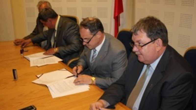 Signing the agreement for rebuilding Maria-K