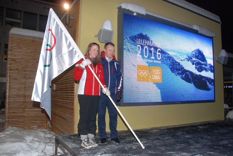 Ungdoms-OL 2016: OL-flagget bringes hjem av ordfører Espen Johnsen og Mathes Tofte