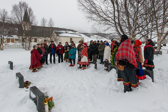 Minnestund ved gravstedet på Birtavarre kirkegård.