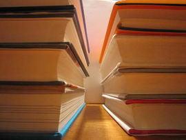 Foto av stablede bøker