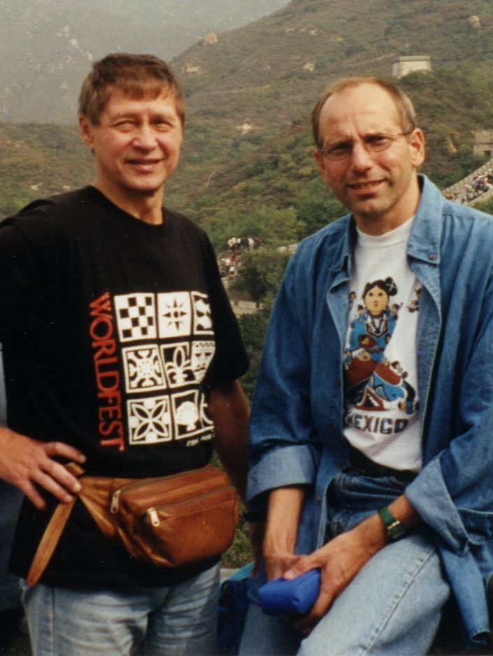 Valkeapaa og Gaski på den kinesiske mur. Stående.