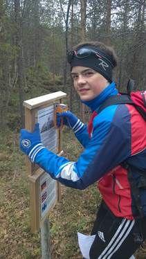 Andreas monterer plakater på Lulledalen skogsti.