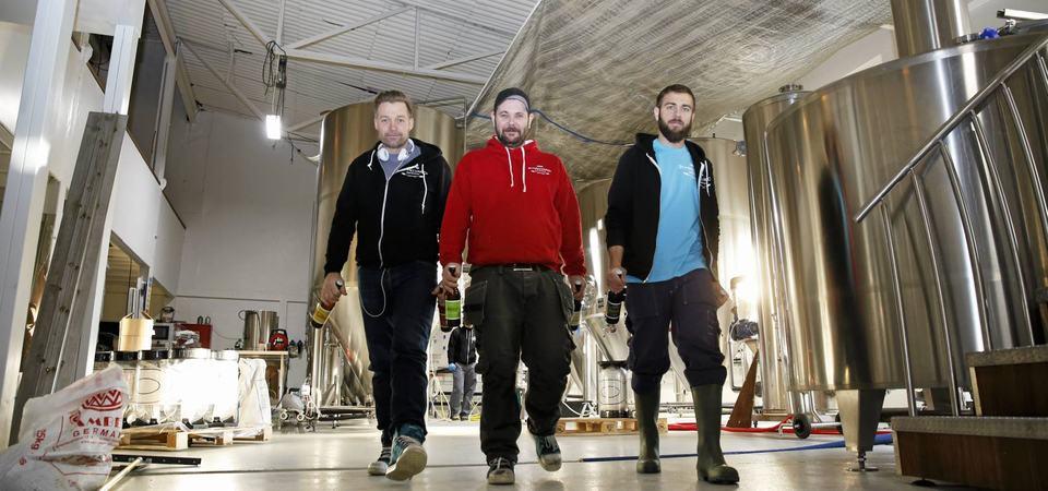 Mikrobryggeriet St. Hallvards i Østre Aker Vei 210 er Oslos største bryggeri.  Anders Roede (Svart) Christian Salicath (rødt) og Mats Ceder (blått) står bak bryggeriet.  FOTO: Øyvind Ludt