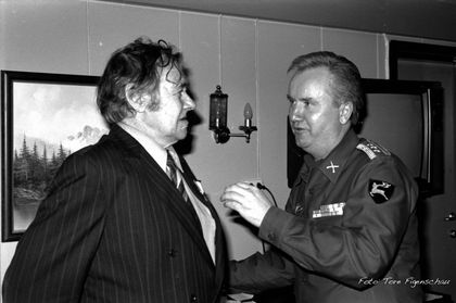 Osvald Skogstad får sin deltakermedalje. Foto: Tore Figenschau.