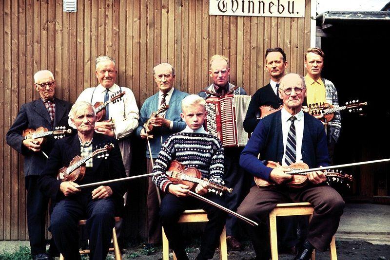 Spelemannslaget Fjelljom i 1965. Arne M. Sølvberg i midten framme. Foto: Hans Støyva.
