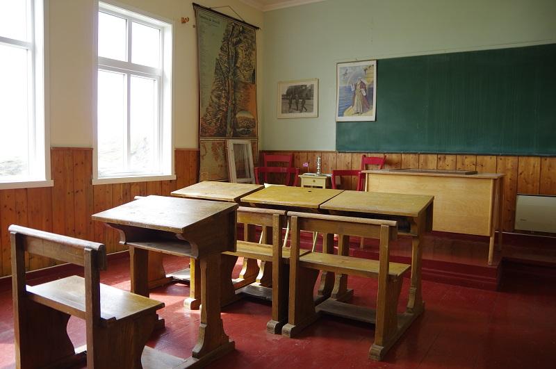 Eit klasserom på den gamle skulen i Reksta, kjend som Rekstakjellaren. cc-by-sa