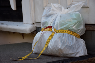 Søppelpose med målebånd