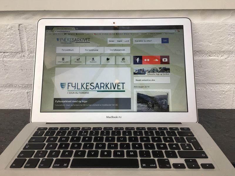 Datamaskin med ny nettstad i nettlesaren