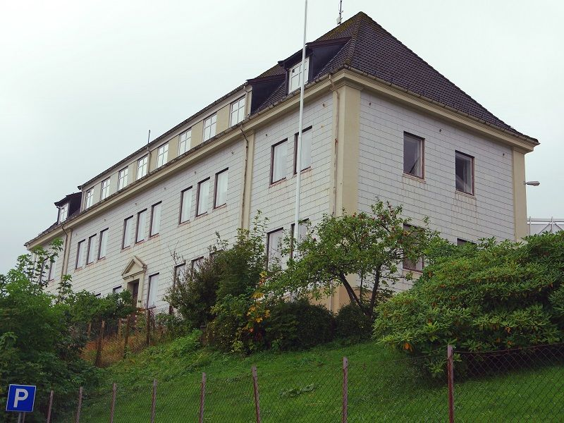 Framsida av Skram skole i Måløy, Vågsøy kommune.