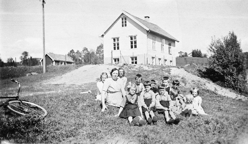 Skulebilde i svart av barn i Skor skule 1944/45