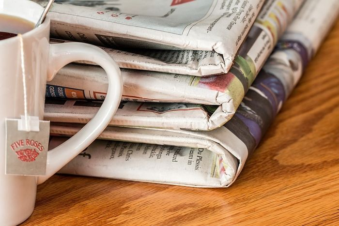 Kaffekopp med aviser