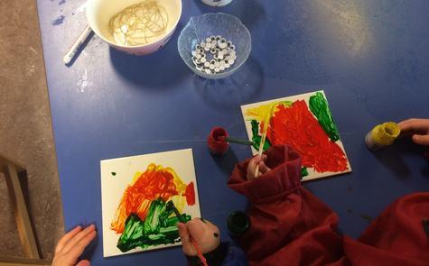 I barnehagen skal borna blant anna få uttrykke seg estetisk og styrke sin kulturelle identitet.