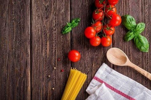 Kjøkkenbenk med tomat