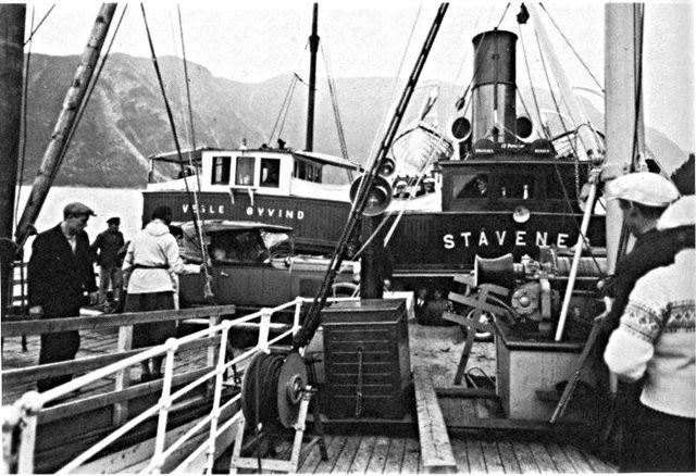 To båtar midfjords.