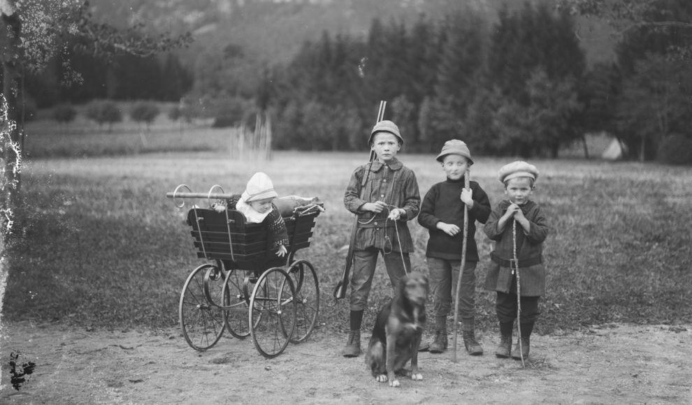 Gruppe med fire born og ein hund.