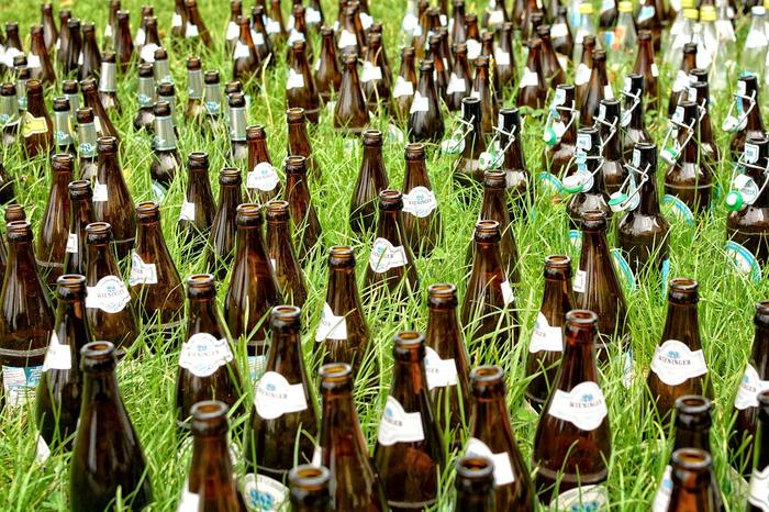 Flasker i gress